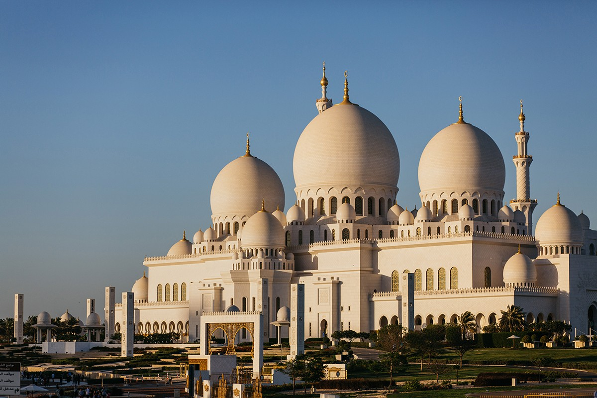 Sheikh Zayed Grand Mosque in Abu Dhabi at sunset.